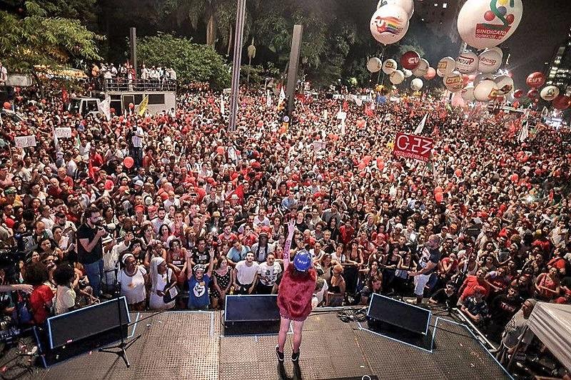 Representantes da Frente Brasil Popular e Frente Povo Sem Medo em coletiva de imprensa nesta quinta (14)