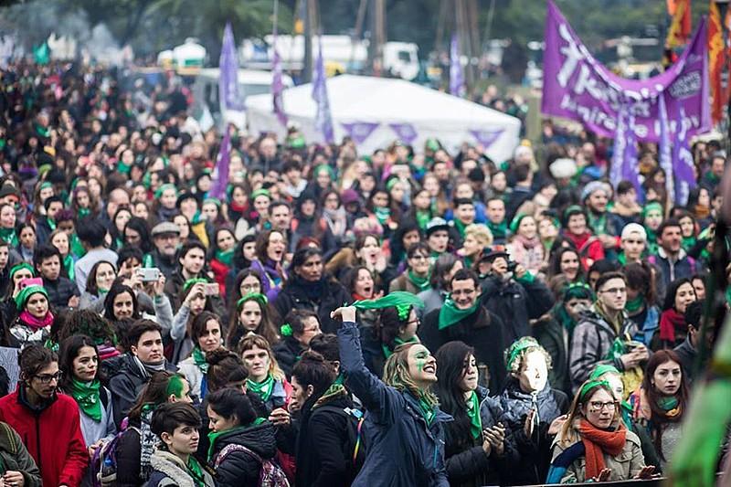 """Feministas argentinas realizam mais um """"pañuelazo"""" em frente ao Congresso argentino para exigir a legalização do aborto"""