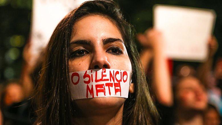 Mulher em ato contra feminicídio, em 2016