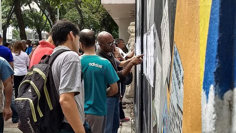 Apesar do chamado da oposição ao boicote, venezuelanos vão às urnas