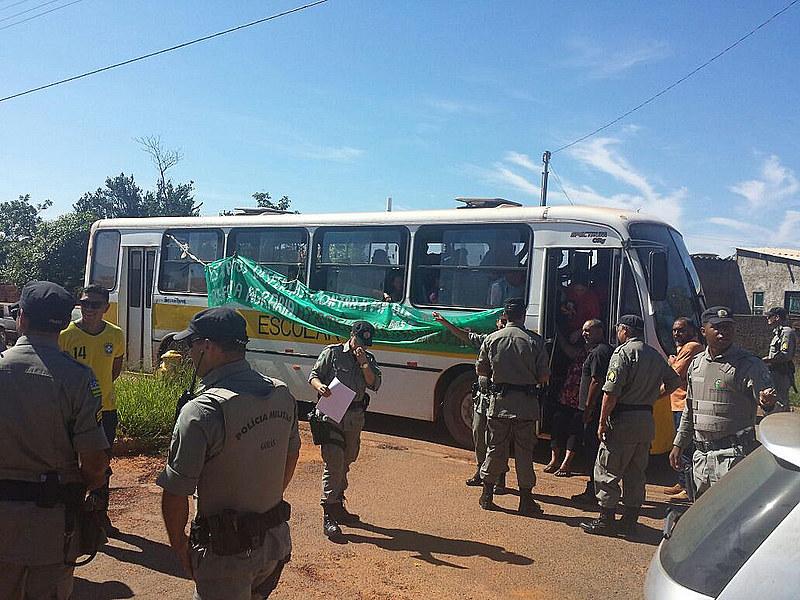 Cerca de 80 mulheres estão presas dentro do ônibus; as camponesas tinham ocupado um prédio do INSS