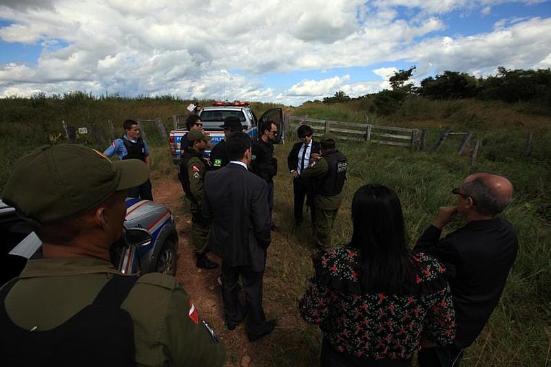 Equipes da Secretaria de Estado de Segurança Pública e Defesa Social na área da fazenda Santa Lúcia, iniciando as investigações