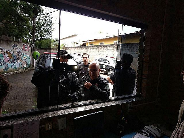 Ontem, dez carros de polícia da GARRA (Grupo Armado de Repressão a Roubos e Assaltos) chegaram à Escola Nacional Florestan Fernandes, um centro de formação de estudantes do MST
