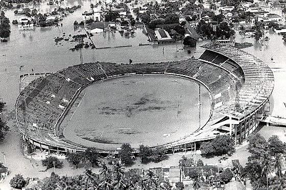 Estádio do Arruda na década de 1970, após uma das enchentes que atingiu o Recife