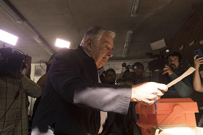 José Mujica (2010-2015) votou no bairro Cerro, em Montevidéu; Em 2005, a Frente Ampla rompeu com domínio histórico da direita no Uruguai