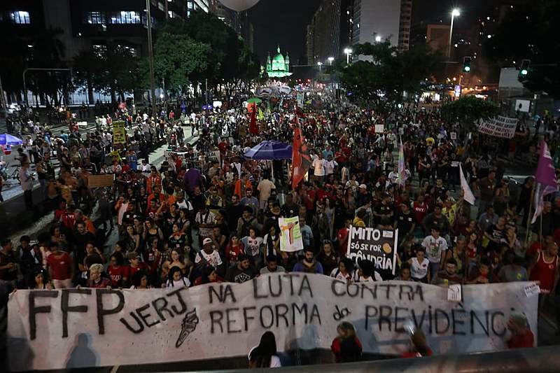 En Rio de Janeiro, la policía reprimió un acto realizado en el centro de la ciudad; 100 mil manifestantes participaron de la protesta