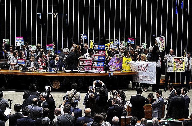 Oposição protesta durante discussão da PEC 241 no plenário da Câmara