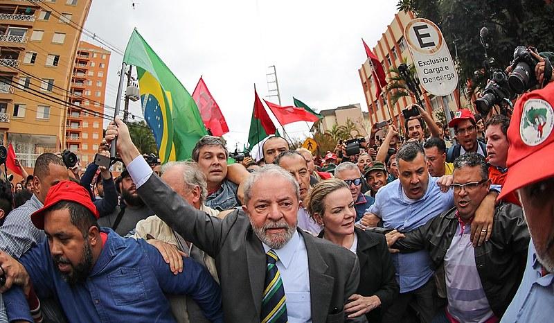 O ex-presidente é recebido por movimentos sociais ao chegar em Curitiba antes de seu depoimento no âmbito da Lava Jato no dia 10