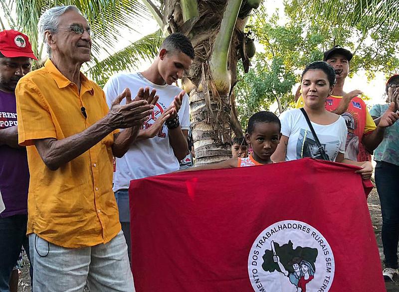 Os sem-terra do assentamento Paulo Cunha, no Recôncavo Baiano, receberam a visita de Caetano Veloso