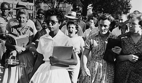 Elizabeth Eckford llega al Little Rock Central High School bajo ofensas de estudiantes racistas