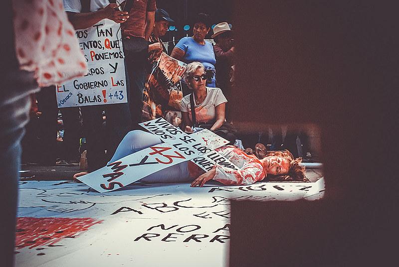 Os país dos 43 estudantes desaparecidos em Ayotzinapa e o sindicato CNTE durante manifestação em junho em frente à ao monumento da PGR