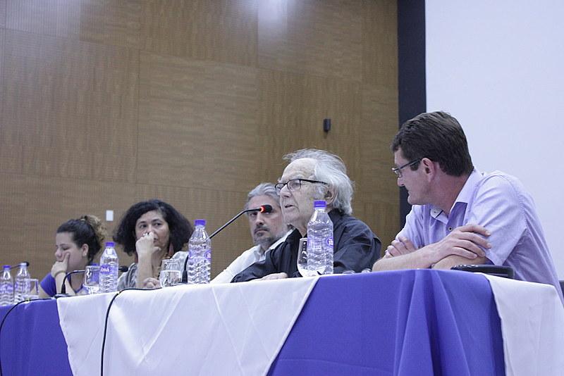 Argentino Adolfo Esquivel ministrando aula pública na UnB, em Brasília (DF), na companhia de parceiros dos segmentos populares