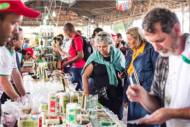 Consumidores da Feira Nacional da Reforma Agrária conferem arroz orgânico de cooperativas do Rio Grande do Sul