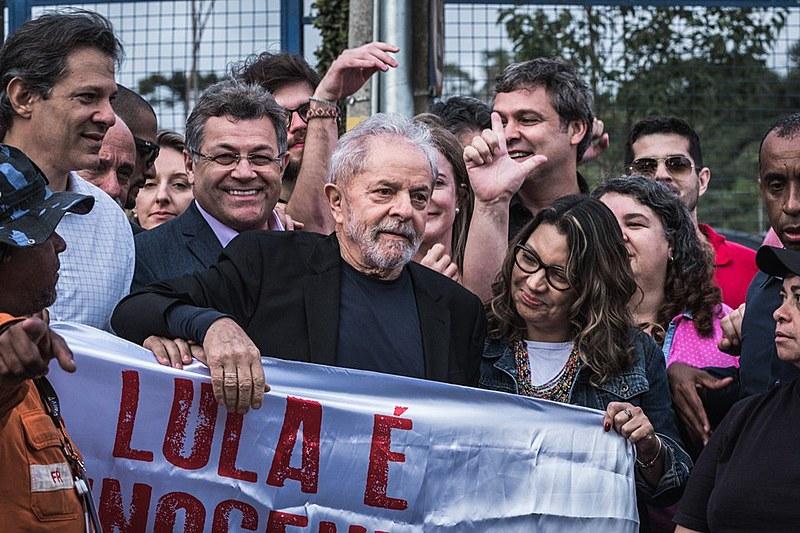Lula ao lado da sua companheira, a socióloga Rosângela da Silva, ao sair da sede da Superintendência da Polícia Federal, em Curitiba