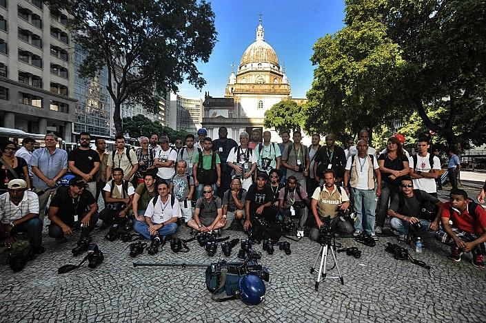 Em ato realizado no Rio de Janeiro em 2013, profissionais de imprensa protestam contra ataques durante cobertura