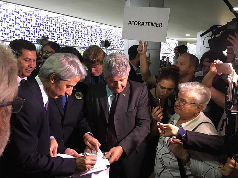 Molon (esq.) com outros parlamentares entrando com representação no Conselho de Ética do Senado para cassação do mandato de Aécio Neves
