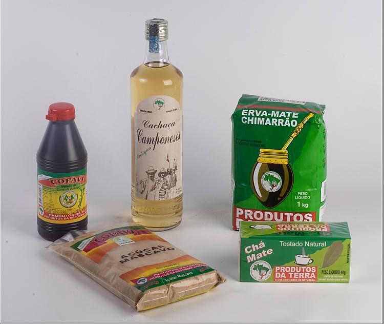 Além do leite, a cooperativa produz cana-de-açúcar, da qual são feitos melado, cachaça e açúcar mascavo