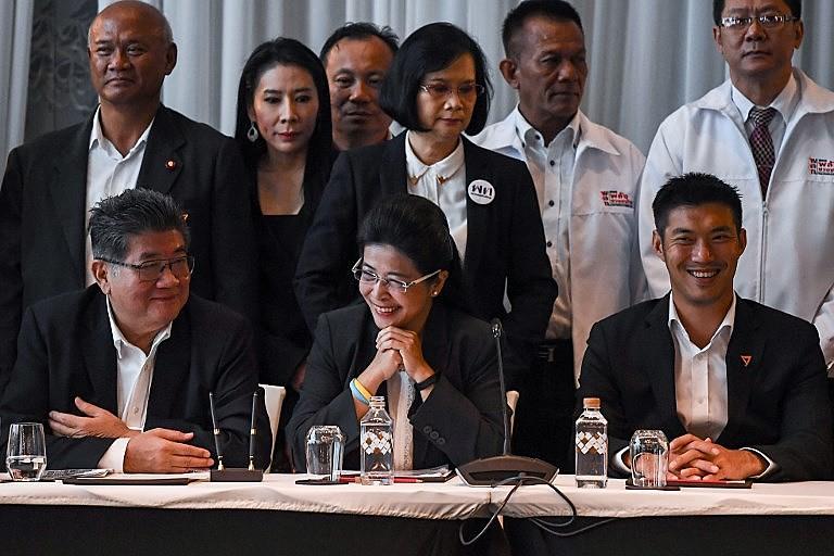 Líderes do Pheu Thai e do Partido do Novo Futuro durante coletiva de imprensa sobre a nova frente democrática tailandesa