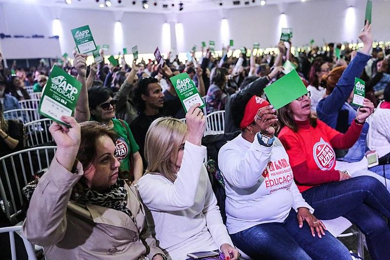 As categorias reagem à proposta do governador Beto Richa (PSDB) de congelamento dos salários dos servidores