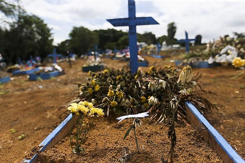 Detentos mortos durante rebelião no Complexo Penitenciário Anísio Jobim, em Manaus, são enterrados no Cemitério Parque Tarumã