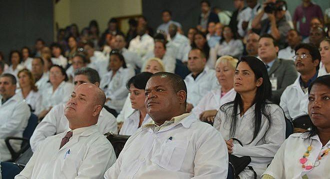 Médicos cubanos que permaneceram no Brasil estão impedidos há 8 meses de exercer profissão.