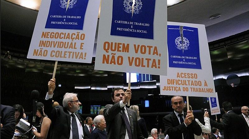 Protesto da oposição na Câmara contra a aprovação da reforma trabalhista, em abril