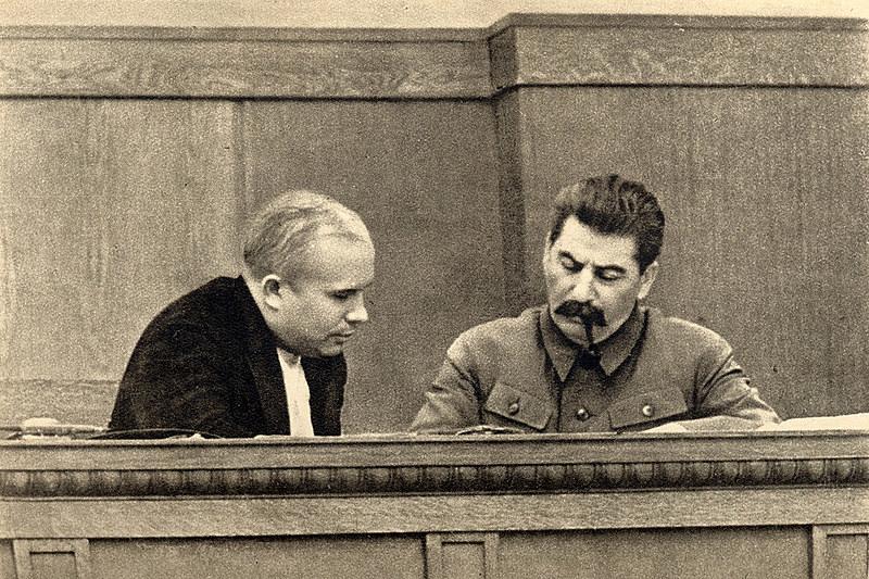 Nikita Khruschov (esq) e Josef Stalin em janeiro de 1936