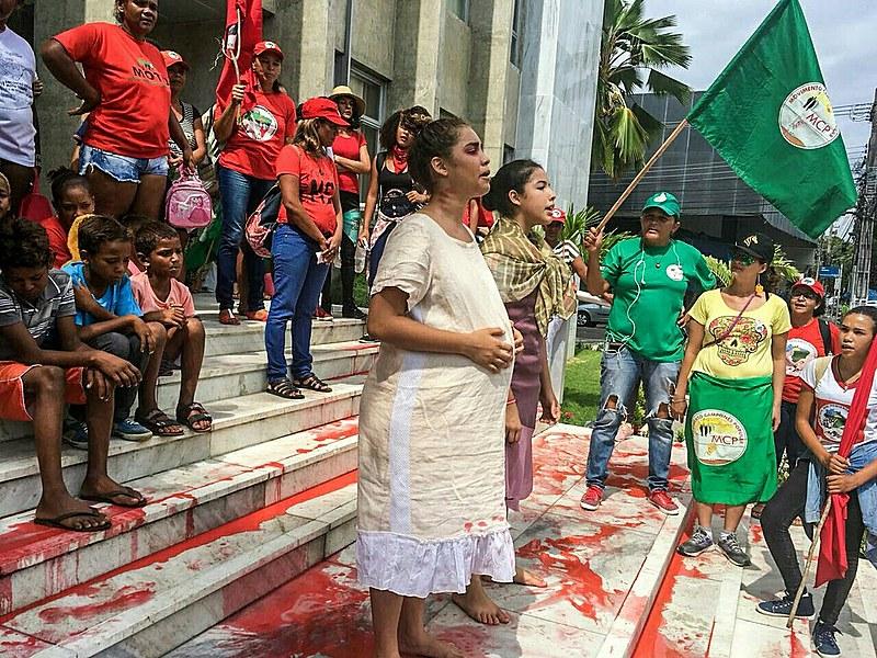 Intervenções teatrais sobre temas que impactam a vida das mulheres são retratados nas manifestações deste 8 de março