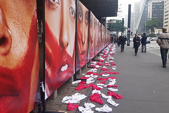 Manifestação organizada por ONG, em 2016, contra a cultura do estupro com fotografias e calcinhas no vão livre do Masp
