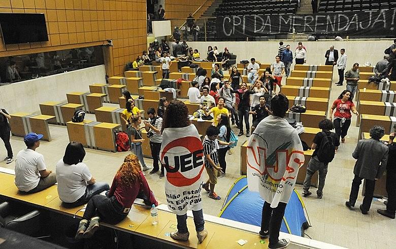 Em 3 de maio, estudantes ocuparam o plenário da Assembleia para exigir a instalação de CPI sobre a merenda