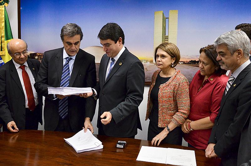 José Eduardo Cardoso protocola defesa de Dilma no Senado
