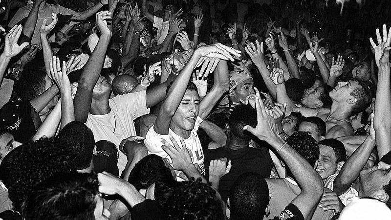 20 anos depois da proibição, os bailes funk ressurgem no estado