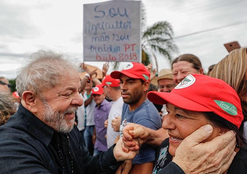 Na cidade de Cruz Alta (RS) população se reuniu para aguardar passagem da caravana do ex-presidente.