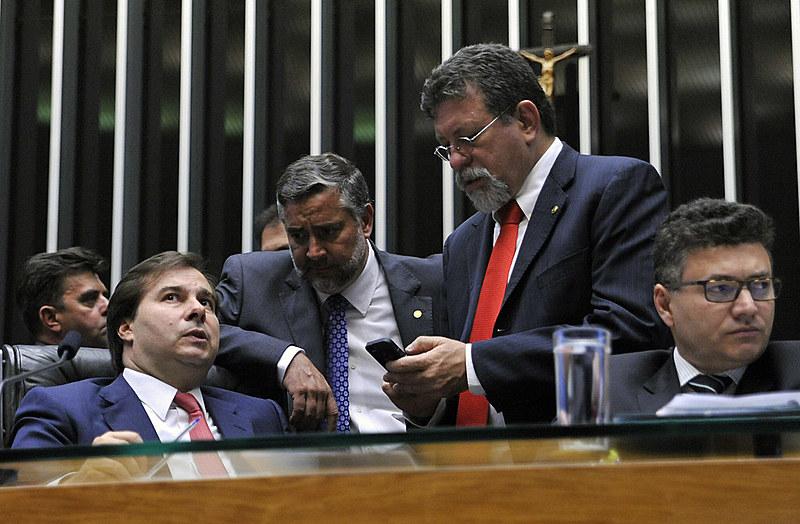 Deputados do PT em conversa com o presidente da Câmara, Rodrigo Maia (à esquerda), durante a ordem do dia nesta quarta-feira à tarde