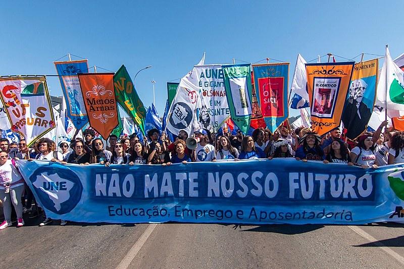 Estudantes em manifestação contra desmonte da educação pública no país