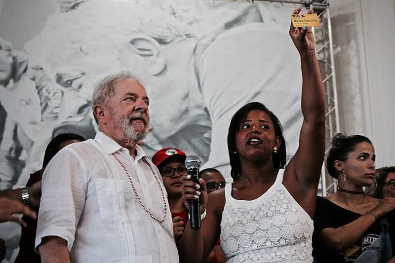 A estudante sergipana Iva Mayara devolve cartão do programa ao ex-presidente Lula