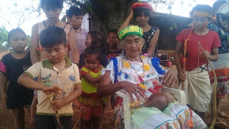Crianças e idosos integram comunidade que pode ser despejada no Mato Grosso do Sul. Dona Alda, sentada, é uma das anciãs do tekoha