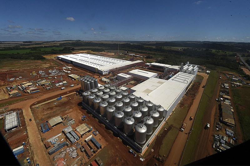 Vista aérea da planta da fábrica da Ambev em Ponta Grossa à época da inauguração