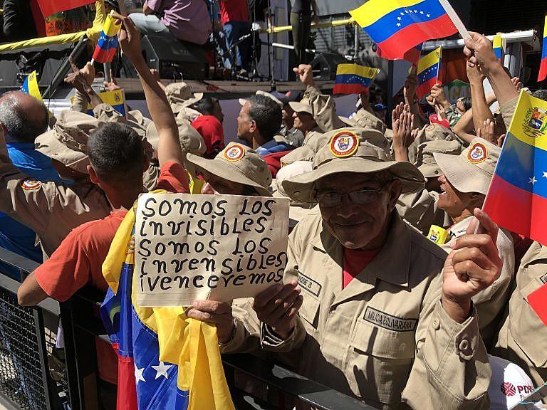 Manifestantes protestam no centro de Caracas, na Venezuela, no aniversário de um mês da tentativa de golpe contra o governo Nicolás Maduro
