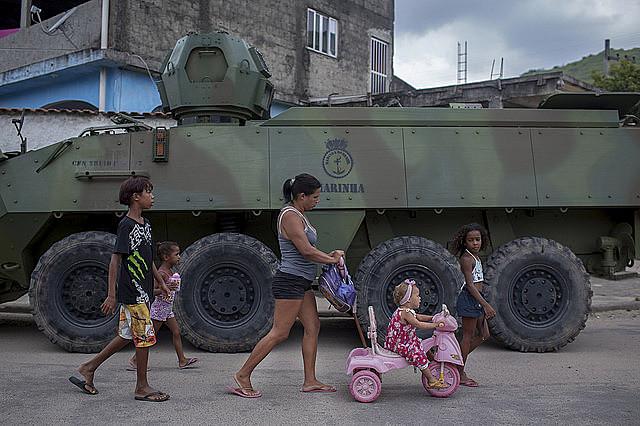 Medo e insegurança: presença do Exército mudou a rotina de várias comunidades do Rio de Janeiro