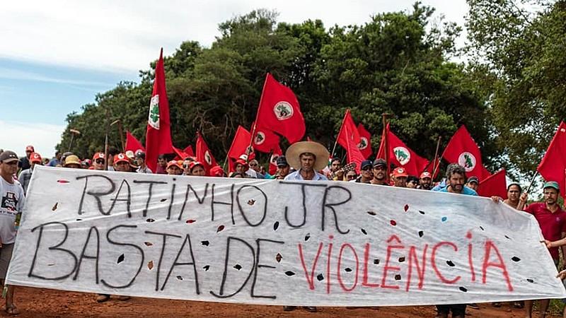"""Landless demonstrators hold banner that reads, """"Ratinho Jr., no more violence,"""" calling out Paraná governor"""