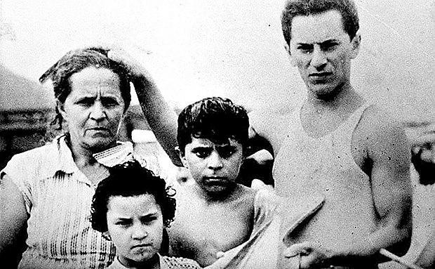 Lula, ao meio, ao lado da mãe, Lindu (esq.), que criou oito filhos sozinha