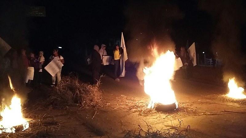 A rodovia MG 129 foi bloqueada em protestos de moradores, no interior mineiro