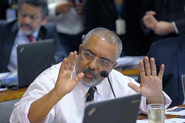 Senador Paulo Paim durante a sessão da Comissão de Assuntos Sociais que está analisando a reforma trabalhista
