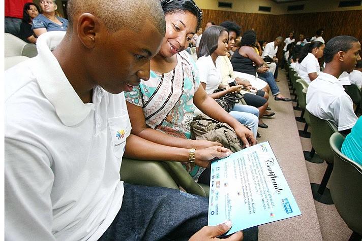 Jovem recebe o certificado de Jovem Aprendiz na Bahia