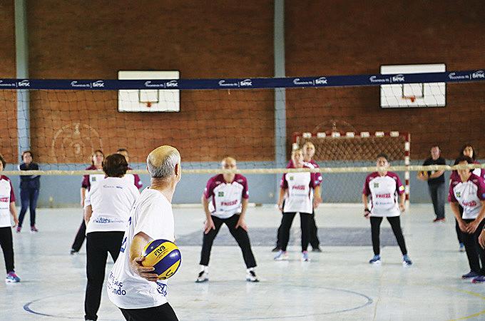 Quadra e bola de vôlei mas regras diferentes no esporte para a terceira idade