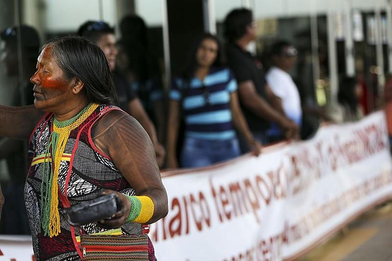Indígenas e servidores fecham as entradas do prédio da Funai com reivindicações que pedem o fortalecimento da fundação