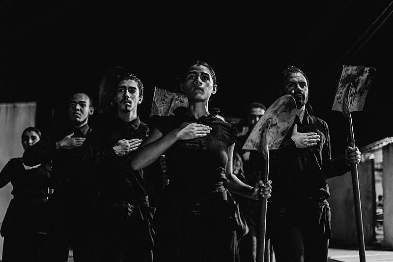 O espetáculo tem uma performance que simboliza a dor da perda e do desaparecimento misturada a relatos de militantes contra a ditadura