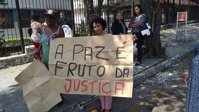 Zilda Maria Paula, mãe de vítima da chacina, protesta ao lado da advogada Dina Alves