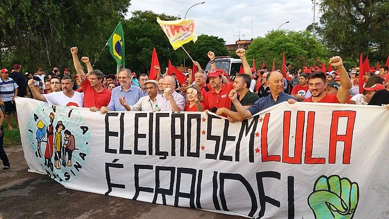 Movimentos populares e políticos realizaram uma marcha na manhã desta segunda-feira (22), em Porto Alegre